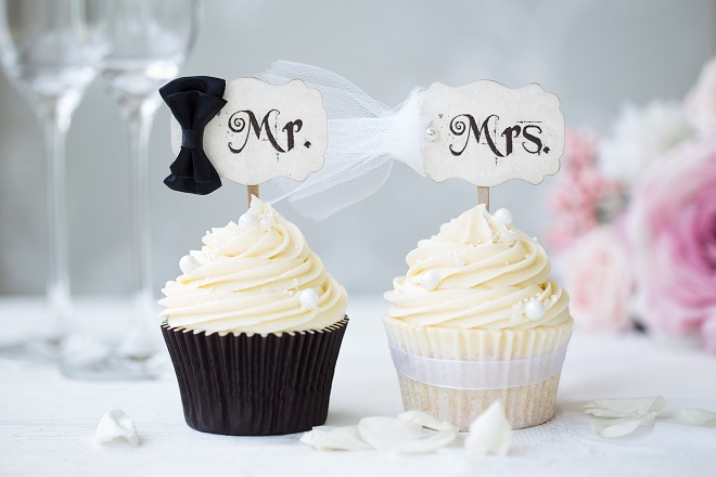 casual wedding ideas bride and groom cupcakes